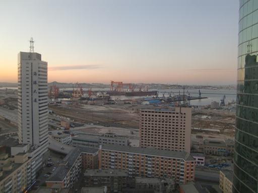 ホテルから見る大連港.JPG