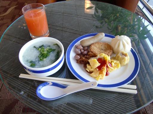 ラウンジで朝食.JPG