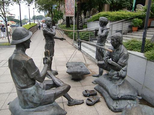 川辺の銅像.JPG
